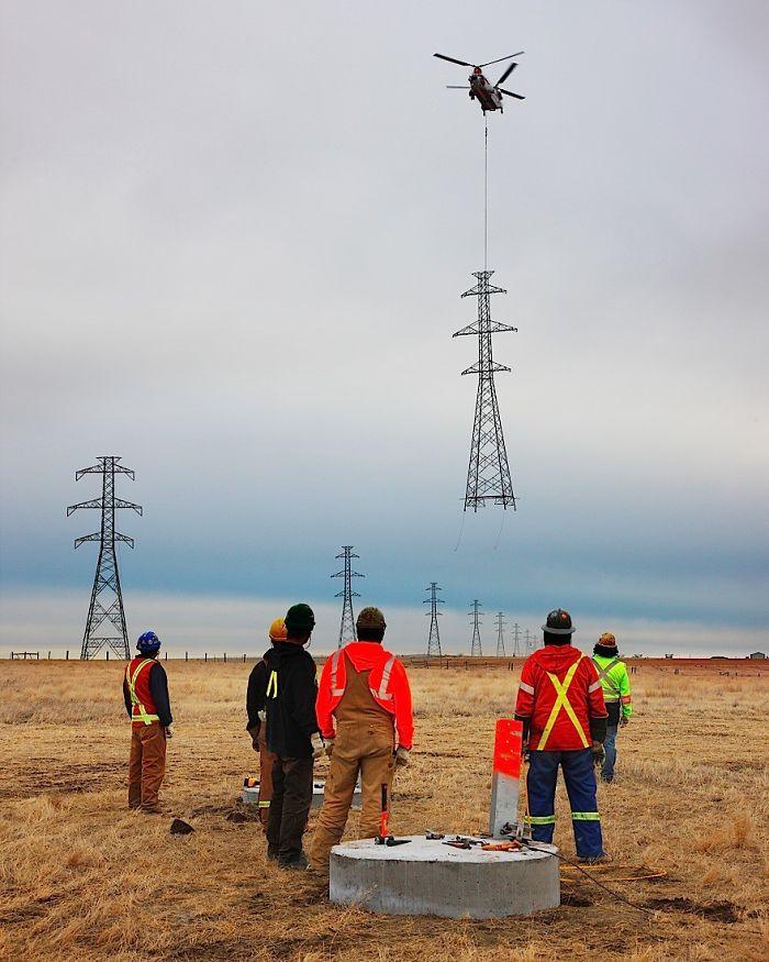 # 15 Montáž obrovských veží elektrického vedenia