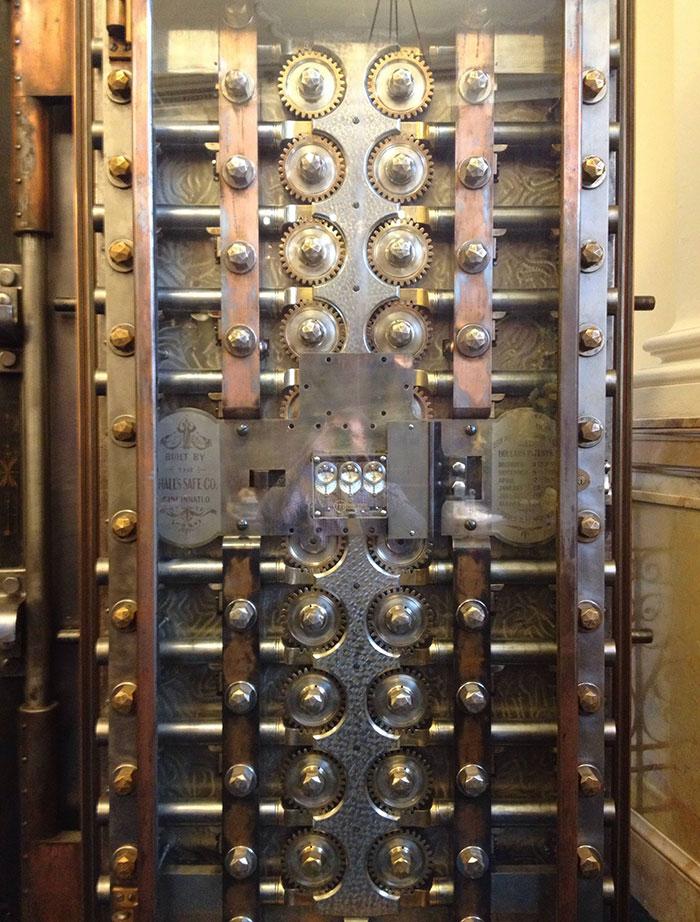 # 14 Vnútro trezorových dverí v banke